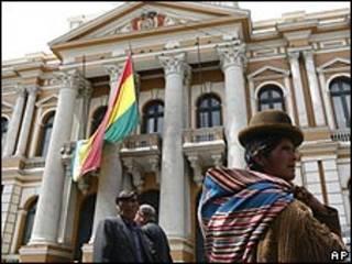 Mujer fuera del Congreso boliviano.