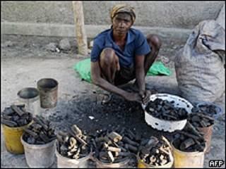 Un haitiano vende carbón en Gonaives