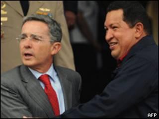 Os presidentes da Colômbia, Álvaro Uribe, e da Venezuela,  Hugo Chávez, durante encontro em  Caracas, nesta terça-feira (AFP)