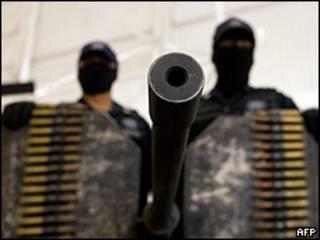 Agentes federales muestran la Browning el 14 de abril en México.