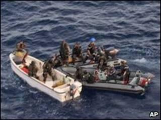 نیروی دریایی فرانسه روز 14 آوریل تعداد دزد دریایی را دستگیر کرد