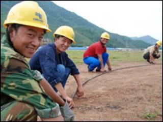 Lao động Trung Quốc tại một dự án ở VN (ảnh của báo Tuổi Trẻ)