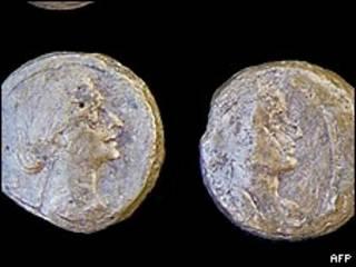 Монеты с изображением Клеопатры, найденные в Тапосирис Магна