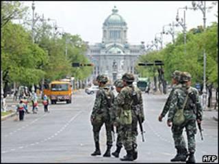 Soldados tailandeses patrullando en Bangkok, 15 abril 2009