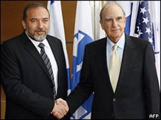 Avigdor Lieberman (à esq.) e George Mitchell
