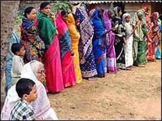 Eleitoras fazem fila em seção eleitoral do Estado de Orissa (foto: Sanjib Mukherjee)