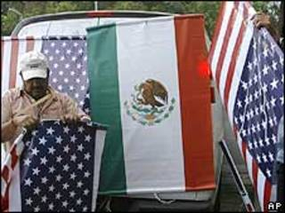 Bandeiras dos Estados Unidos e do México na principal avenida da Cidade do México
