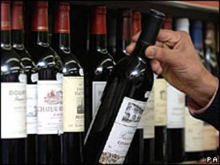 Rượu đỏ bày bán trong cửa hàng