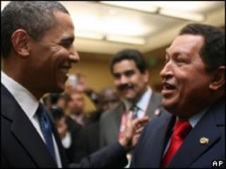 Os presidentes dos Estados Unidos, Barack Obama, e da Venezuela, Hugo Chávez, se cumprimentam durante a Cúpula das Américas (AP/Governo da Venezuela)