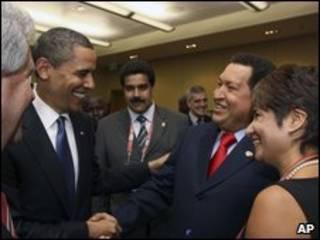 اوباما درحال دست دادن با چاوز