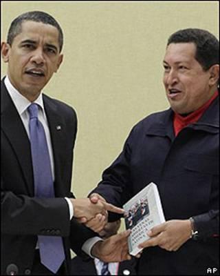 Barack Obama recibe libro de Hugo Chávez