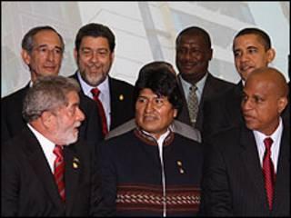 Lula (à esq.) se prepara para foto oficial da Cúpula das Américas