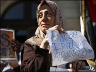 زن فلسطینی خواستار تحریم اسرائیل در تظاهراتی در ژنو پیش از کنفرانس مرور دوربان