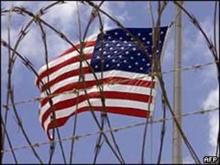 Bandera de EE.UU. en la base de Guantánamo