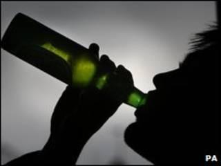 Homem bebe cerveja