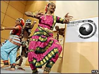 Bailarines en la conferencia sobre el racismo