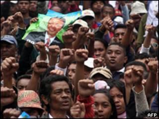 Apoiadores de Marc Ravalomanana fazem protesto nesta segunda-feira em Madagascar (AFP)