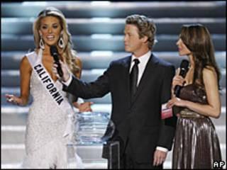 Carrie Prejean (bên trái) tại cuộc thi với hai người dẫn chương trình
