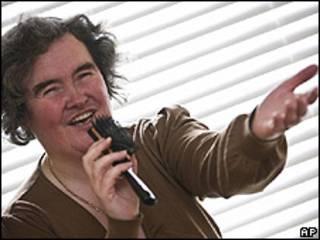 Susan Boyle cantando con un cepillo de micrófono