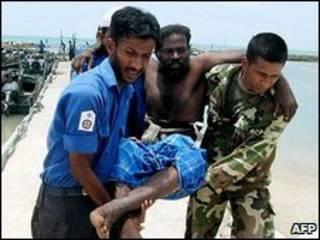 Civil sendo carregado por soldados, imagem liberada pela Marinha do Sri Lanka