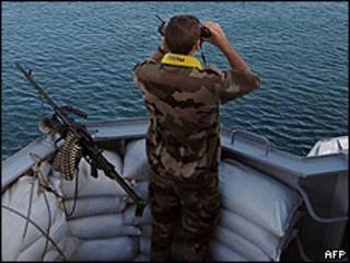 Soldado supervisa la fragata francesa Nivose, con sospechosos de pirateria a bordo