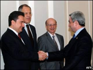 Президент Армении (справа) жмет руку министру иностранных дел Турции