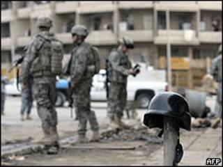 Soldados americanos no local do ataque em Bagdá