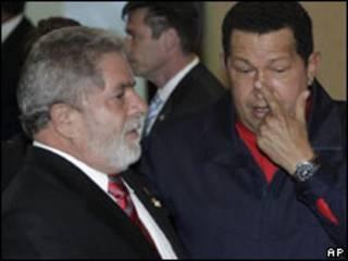 O presidente Luiz Inácio Lula da SIlva e o venezuelano Hugo Chávez durante a Cúpula das Américas (AP, 18/4)