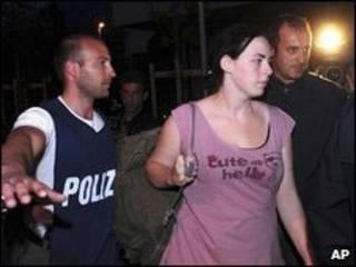 Ina Caterina Remhof sendo levada pela polícia italiana em Aosta