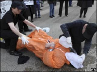 Una protesta afuera del Consulado de España en Manhattan para pedir que se detengan a los funcionarios del gobierno de George W. Bush, que supuestamente torturaron a sospechosos de terrorismo.