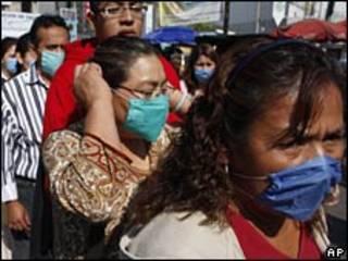 مردمی که ماسک زده اند در مکزیکو سیتی، 24 آوریل 2009