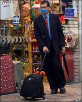 Un pasajero con una mascarilla en el aeropuerto de la Ciudad de México