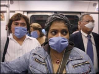 População usa máscaras para evitar contaminação