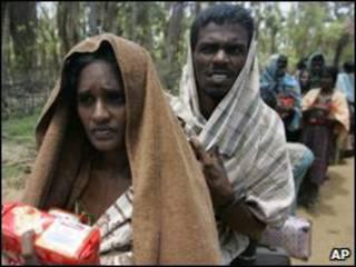 Người thiểu số Sri Lanka nhận hàng cứu trợ ở đông bắc Colombo