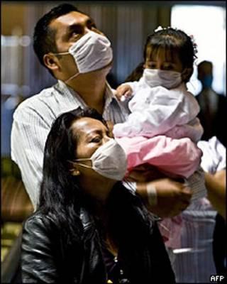 Família usa máscara em igreja da cidade do México