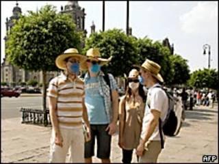 Turistas con mascarillas en Ciudad de México