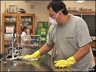 Empleado desinfecta superficie en el escuela St. Francis en Nueva York