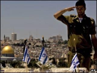Soldado israelense presta homenagem a militares mortos no cemitério do Monte das Oliveiras, em Jerusalém (AP, 27/4)