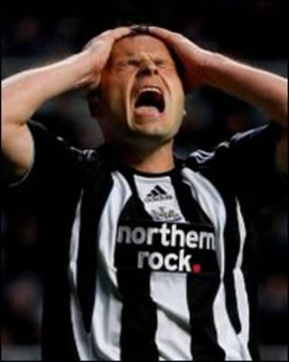 Thất vọng hiện rõ trên khuôn mặt của tiền đạo Mark Viduka, đội Newcastle