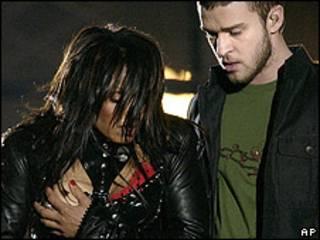Polémico momento del pecho descubierto de Janet Jackson durante su actuación en la final de la Superbowl, en 2004.
