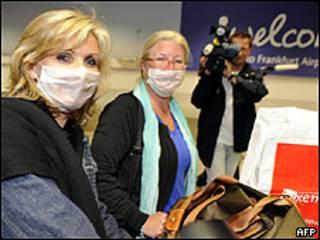 Turistas alemãs desembarcam em Frankfurt de vôo do México