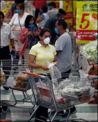 مردم در مکزیکوسیتی ماسک به صورت دارند
