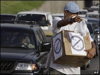 Un hombre vende mascarillas contra la gripe porcina en una autopista de Lima