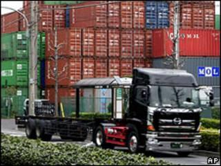 Caminhão em porto do Japão