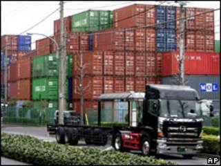 Camión frente a contenedores en la bahía de Tokio