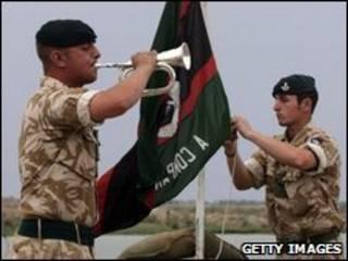 Quân Anh làm lễ hạ cờ
