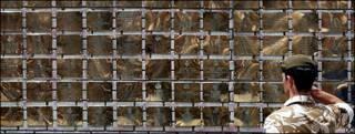 Soldado británico frente a muro en memoria de los caídos en Irak