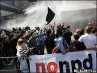 Manifestantes entram em confronto com a polícia na Alemanha