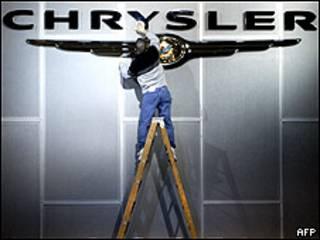 Hombre limpiando logo de Chrysler