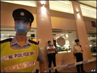 Policiais guardam entrada de hotel colocado em quarentena em Hong Kong